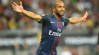 Lucas Moura comemora gol pelo PSG contra o Lyon