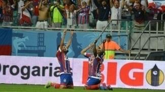 Edson, Armero e Edgar Junior, todos do Bahia, comemoram gol contra o Sport