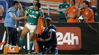 Atacante Dudu é examinado por médicos durante Palmeiras x Red Bull