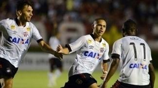 Marcos Guilherme balançando as redes pelo Atlético-PR