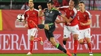 Arnautovic faz dois, mas golaço de Allen e lateral para a área garantem empate a Gales