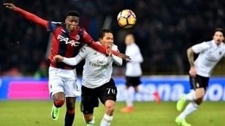 Bacca sofre com a marcação de Mbaye durante confronto entre Bologna e Milan