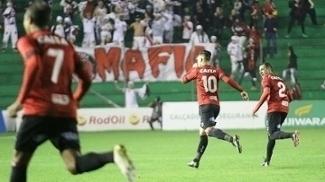 Jogadores do Brasil-RS comemoram gol contra o Juventude, em Caxias do Sul
