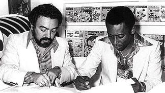 Mauricio de Sousa e Pelé na assinatura do acordo nos anos 70
