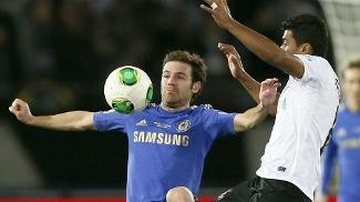 Mata tenta dominar a bola sob a marcação de Paulinho