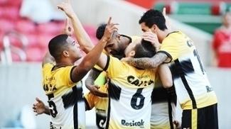 Jogadores do Criciúma comemoram gol na Série B; meta é voltar ao G4