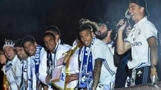 Cristiano Ronaldo com o microfone durante a festa do título espanhol do Real Madrid