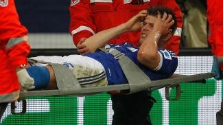 Huntelaar deixa o campo durante o clássico contra o Dortmund