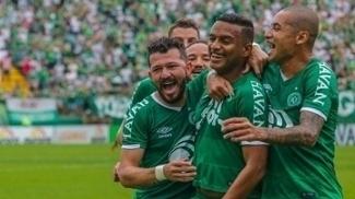Reinaldo comemora gol ao lado dos companheiros de Chape