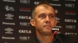 Eduardo Baptista foi apresentado no Atlético-PR