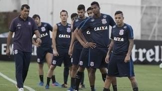 Fábio Carille comanda treino de bola parada no Corinthians