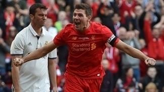 Gerrard participou de três dos quatro gols das lendas do Liverpool