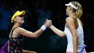 Agnieska Radwanska e Maria Sharapova após jogo do WTA Finals em 2014