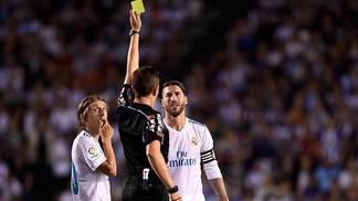 Árbitro mostra cartão amarelo em jogo do Real Madrid no Espanhol