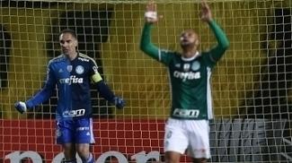 Fernando Prass e Felipe Melo comemoram vitória do Palmeiras sobre o Peñarol na Libertadores