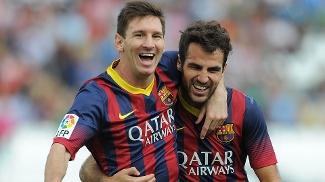 Messi e Fábregas comemoram gol do Barcelona sobre o Almería, pelo Campeonato Espanhol