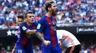 Lionel Messi grita para a torcida do Valencia após garrafa arremessada em Neymar