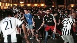 Torcedores evacuam Praça San Carlo, em Turim, após ameaça de bomba