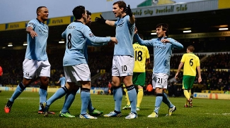 Dzeko celebra um de seus gols sobre o Norwich; Manchester City se recupera no Inglês