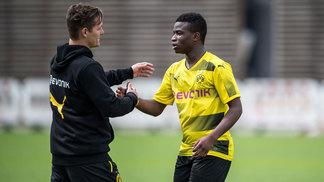 Youssoufa Moukoko (à dir.) cumprimenta o treinador Sebastian Geppert, do Borussia Dortmund sub-17
