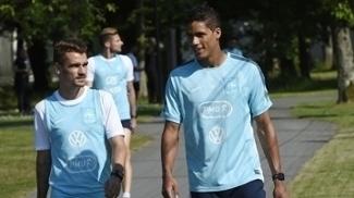 Griezmann e Varane, durante treinamento da França em 2015