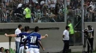 Willian (à esq.) comemora após marcar o primeiro gol do Cruzeiro no clássico
