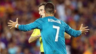 Cristiano Ronaldo reclama com árbitro durante a Supercopa da Espanha