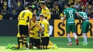 Jogadores do Borussia Dortmund comemoram gol na vitória sobre o Werder Bremen