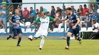 Tiago Luís marcou um gol de falta para o Goiás