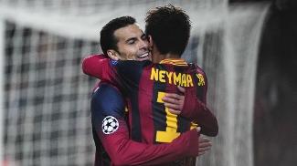 Pedro abraça Neymar: espanhol é concorrente por vaga no time, mas também é fã