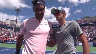 Roger Federer cumprimenta Peter Polansky após vencê-lo em Montreal