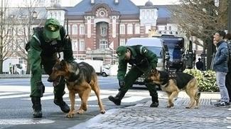 Polícia japonesa em ação na capital Tóquio durante o World Classic Baseball