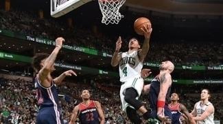 Isaiah Thomas vai para a bandeja durante o jogo 1 entre Celtics e Wizards