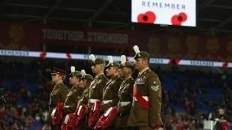 Soldados também entraram em campo carregando homenagem