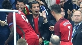 Figo celebra com Cristiano Ronaldo a vitória portuguesa na Euro 2016