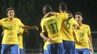 Jogadores da seleção sub-17 comemoram vitória sobre o Peru no Sul-Americano