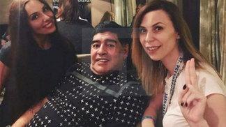 Diego Maradona e Ekaterina Nadolskaya (de preto) em hotel de São Petersburgo
