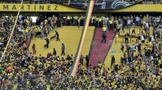 Momento da briga no setor de organizadas do estádio do Barcelona