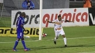 Cléo Silva (C), do Novorizontino, comemora gol contra a Ponte Preta, em Campinas
