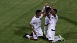 Jogadores do Aparecidense comemoram o gol da vitória sobre o Goiás