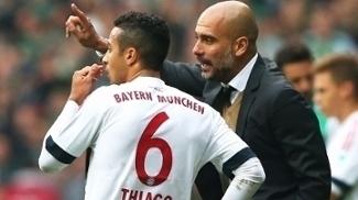 Thiago Alcantara ao lado de Guardiola no Bayern em 2015