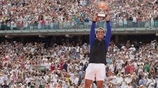 Rafael Nadal ergue o troféu de campeão em Roland Garros pela décima vez