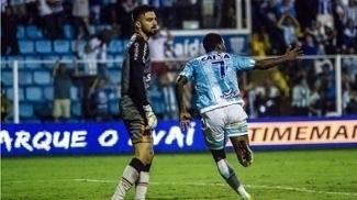 Denilson (dir.) do Avaí, comemora durante jogo contra o Joinville