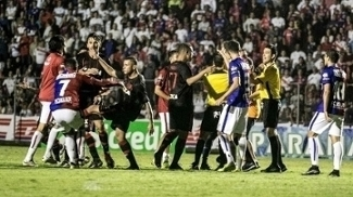Jogadores do Atlético-PR e do Paraná se desentendem durante a partida