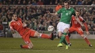O carrinho de Gareth Bale que acertou a perna esquerda de John O'Shea
