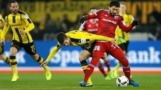 Pulisic e Cohen disputam jogada na partida entre Borussia e Ingolstadt
