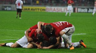 Jogadores do Internacional comemoram triunfo contra o Oeste