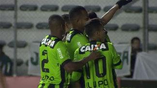 Jogadores do América-MG comemoram gol contra o Juventude, em Caxias do Sul