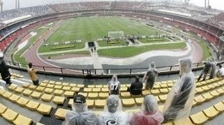 Estádio do Morumbi sofreu com a chuva durante clássico, em 2011