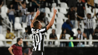 O Botafogo de Jair Ventura, que derrubou gigantes na Libertadores, vai melhor com um estilo reativo